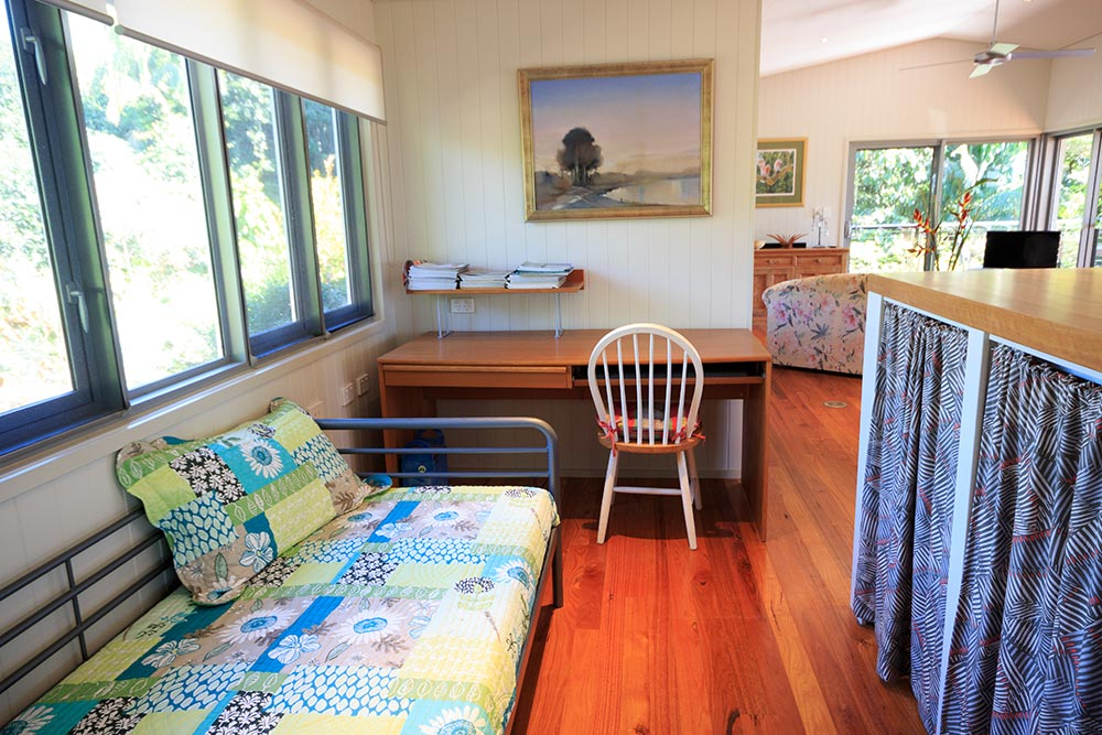 single-bed-and-desk-at montville-accommodation